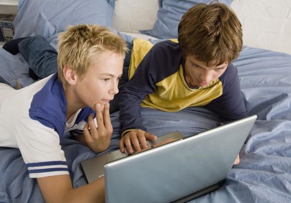 chicos en computadora